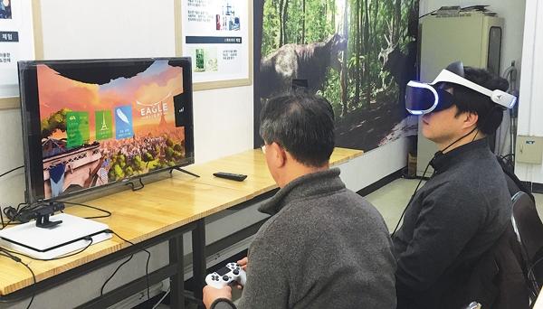 서울 광진구에 첨단 정보통신기기를 체험할 수 있는 '고령층 ICT 체험관'이 문을 열었다. 사진은 체험관을 방문한 어르신 두 명이 VR기기를 체험하는 모습.