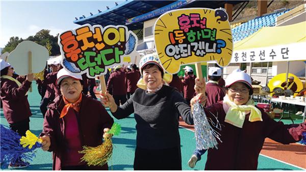 제11회 강원어르신한마당에 참가한 홍천군지회 회원들이 선수 응원을 하고 있다.