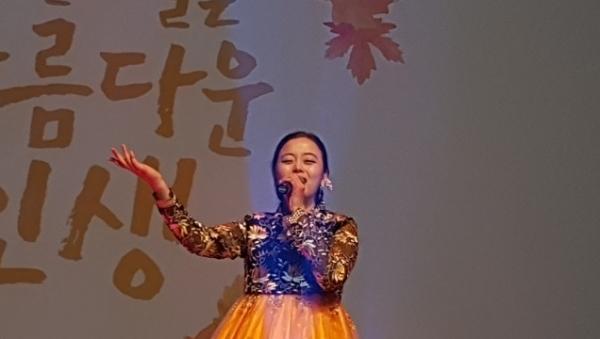 서울 강남구에서 마련한 노인의 날 기념 축하공연.