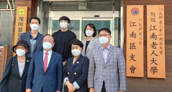 김선순 서울시 복지정책실장이 5월 18일 강남구 어르신복지과장(앞줄 오른쪽 첫째)의 안내로 지회와 경로당을 방문했다.